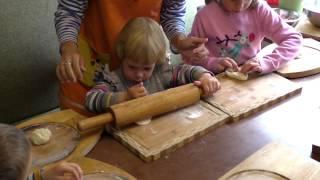 Кулинарный урок в кафе. Дети готовят мини-пиццы своими руками.