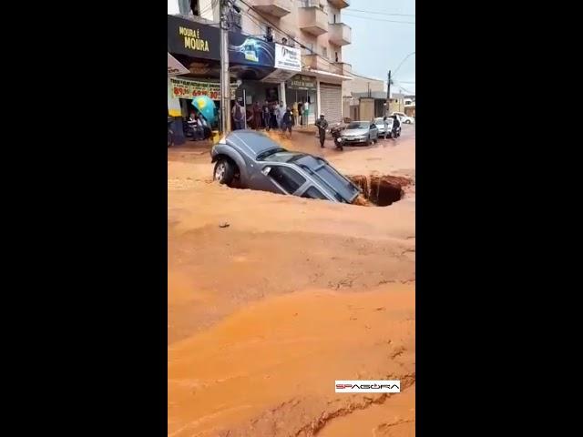 Picape é engolida por buraco em Vicente Pires, no Distrito Federal