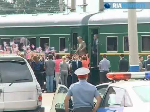 Kim Jong-il arrives in Russia in an armored train and with his personal Mercedes