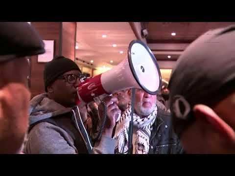 Starbucks apologises after Philadelphia arrests - BBC News