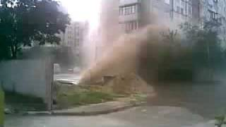 Прорыв трубы на Троещие(В Киеве на Троещине из поврежденной трубы водопроводной сети во время гидравлических испытаний вырвался..., 2009-06-18T15:47:27.000Z)