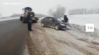 В Татарстане инспекторы ГИБДД помогли пожилому водителю, который вылетел на иномарке в кювет