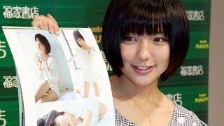 歌手で女優の真野恵里菜さんが12月14日、2014年のカレンダー「真野恵里...