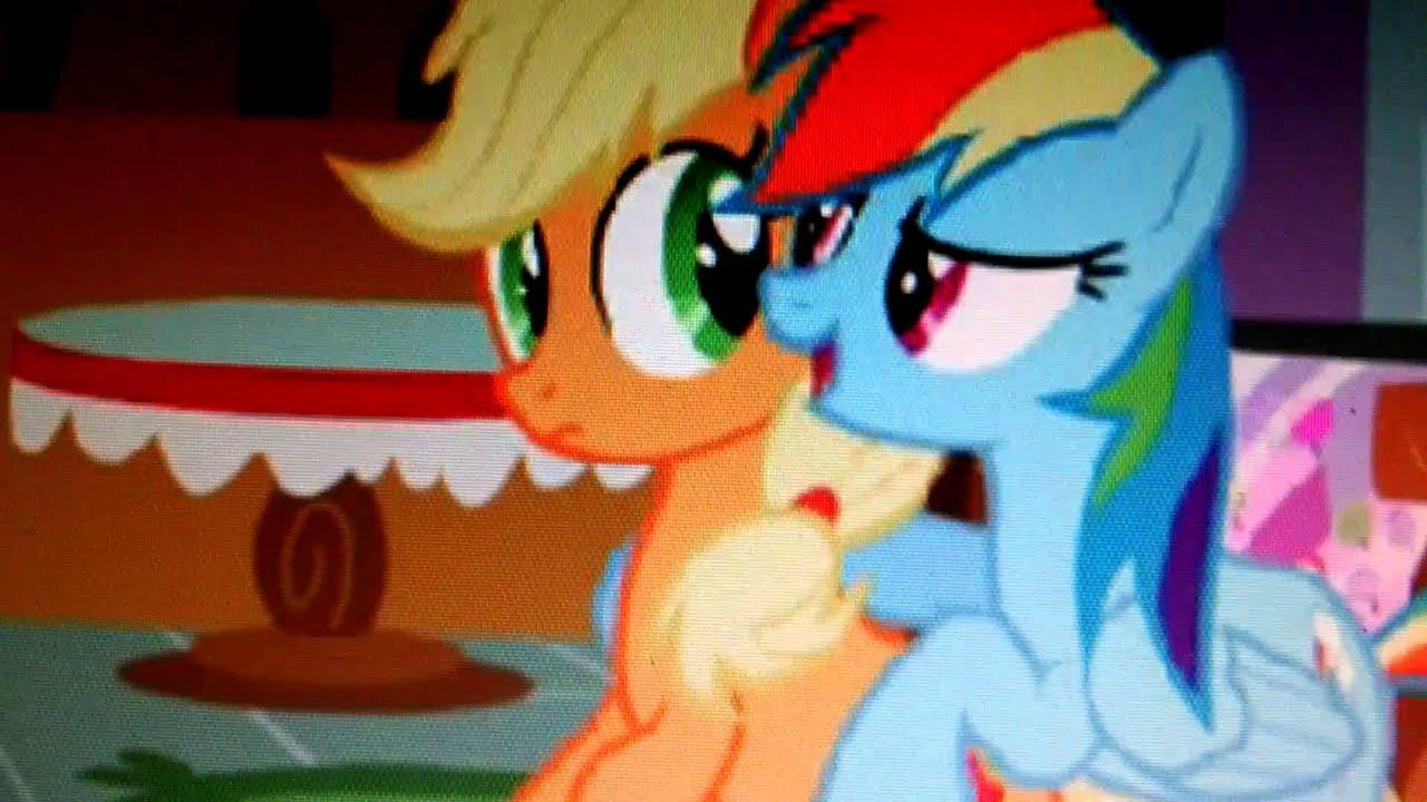 Rainbow dash and applejack kissing