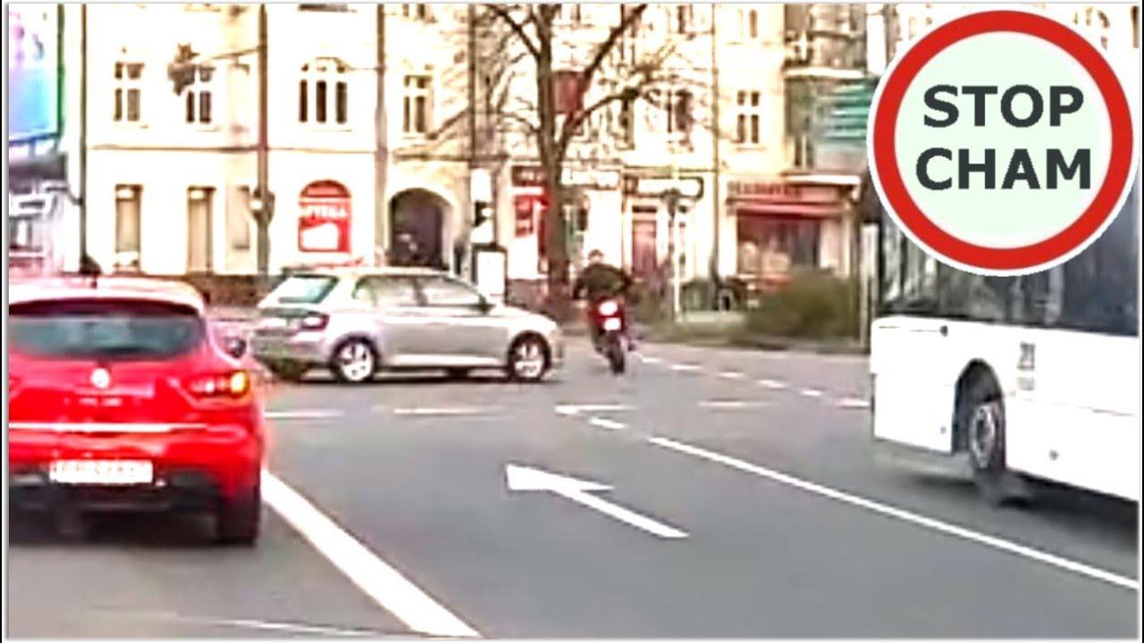 Moto farciarz ratuje się ucieczką na chodnik przed kolizją #601 Wasze Filmy