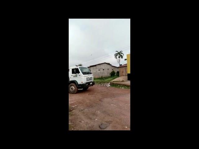 Caminhão da prefeitura joga detritos em grota