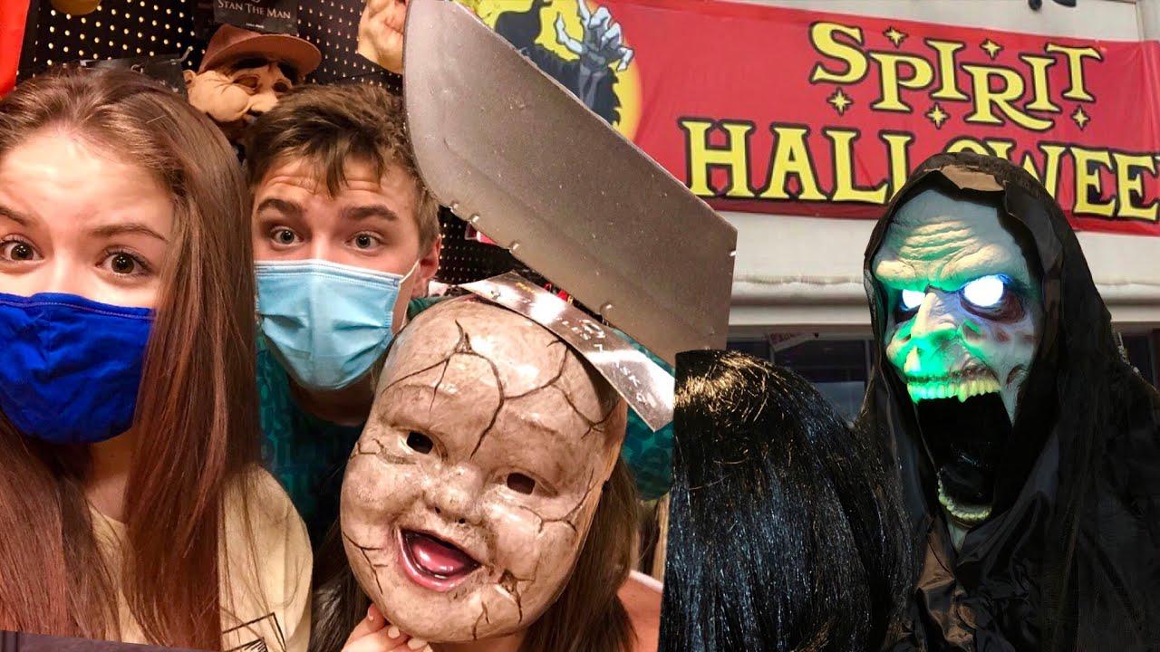 SCARING my friends inside abandoned Spirit Halloween store on Halloween night!