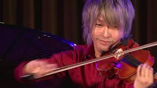 クラシック楽器を駆使しながらカジュアルで親しみやすい演奏を繰り広げ...