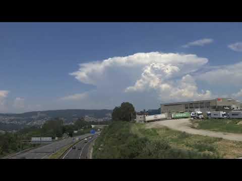 Varios cumulonimbus en forma de hongo acechan a Vigo