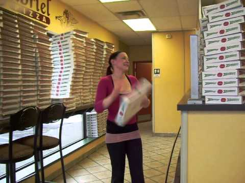 Une professionnelle des boites à pizza