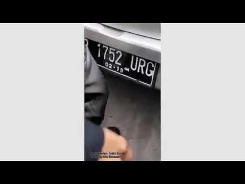 IBU IBU TELANJANG DAN TABRAK PENGENDARA MOTOR, DI MANGGA DUA