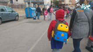 """Didattica a distanza e chiusura scuole, genitori divisi tra """"misure necessarie"""" e segni di protesta"""