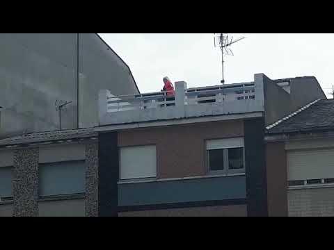 Hace ejercicio en el balcón en el centro de Ribadeo