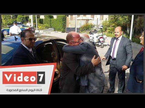 وزير الثقافة يهدى -الغضبان- كتابا فور وصوله بورسعيد  - 03:21-2017 / 4 / 25