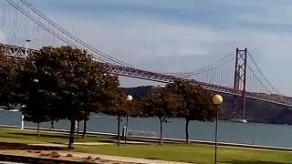 Мост 25 апреля и статуя Христа из окна поезда. Лиссабон, Португалия.