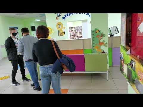 Соблюдение дистанции в регистратуре детской поликлиники