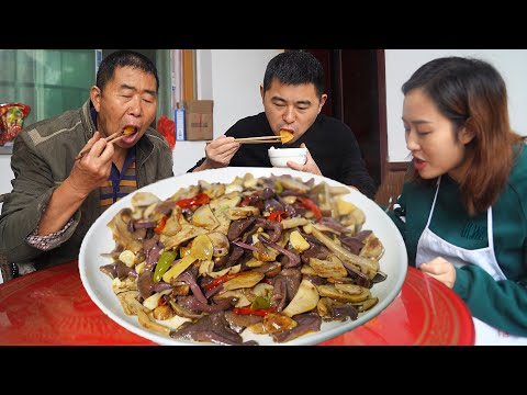 【超小厨】酸辣杂菌-酸菜汤,回家陪老爸,红薯米饭配黄松菌,这味道太巴适!