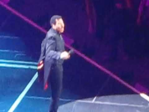 "Lionel Richie performs ""Lady"" in Tampa"