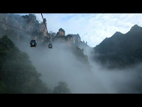 Beautiful clouds draw tourists to Zhangjiajie National Forest Park