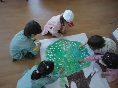 niños pintando el mural del arbol con flores - YouTube