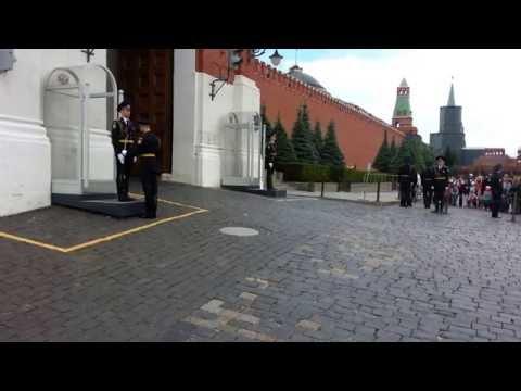 Смотреть Случай с иностранцами  на Красной площади при смене караула! онлайн