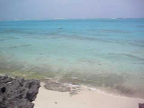 鳩の池。与論島東岸の海