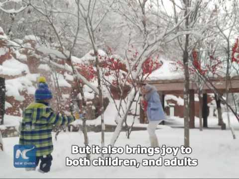 Heavy snow brings joy to residents in Urumqi, Xinjiang