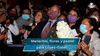 Un grupo de 20 mujeres llevaron serenata de despedida a Hugo López-Gatell tras la última conferencia vespertina sobre el Covid-19 en México; también llevaron rosas y un pastel