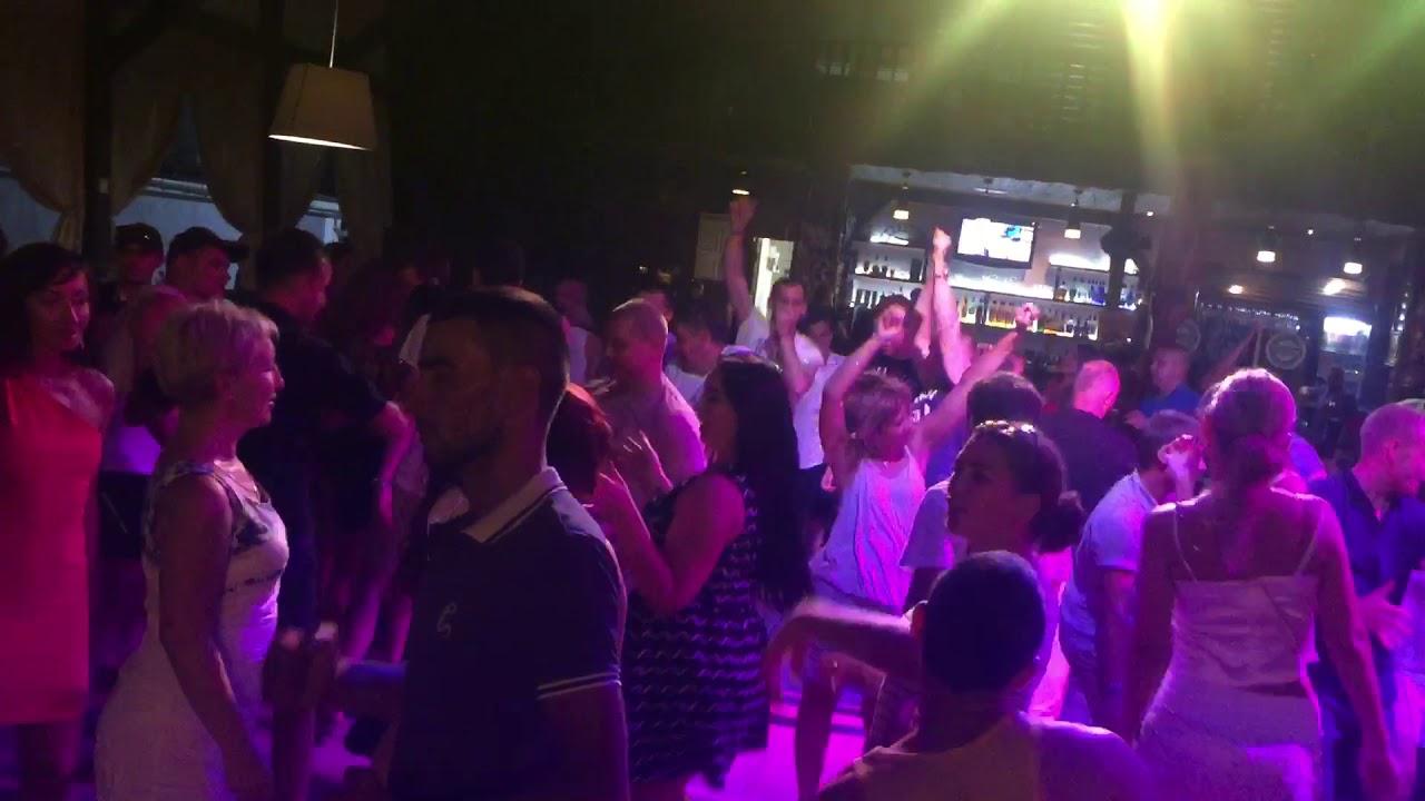 пьяные танцы в ночных клубах