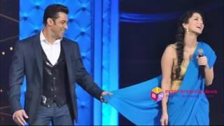 vuclip Salman Khan Removed Sunny Leone Saree in Zee Cine Award 2017 |  सलमान खान ने उतारी सनी लियॉन की साडी