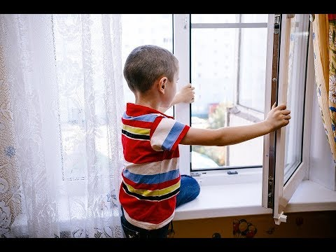 Ребенок открывает окно мгновение до беды
