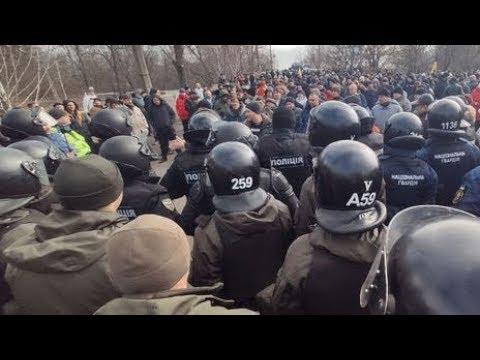Эвакуированных из Китая украинцев закидали камнями на родине