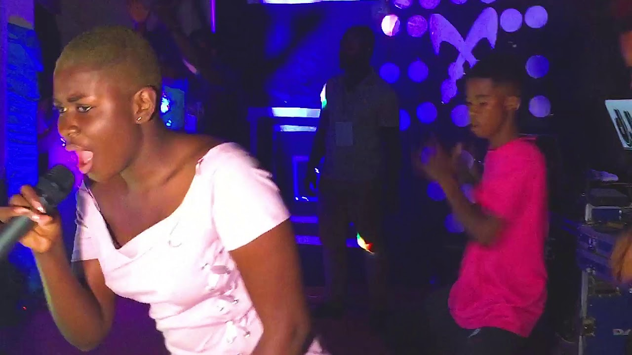 Download MAAME YAA JACKSON FATHER  DROP TEARS AFTER HER CRAZY PERFORMANCE AT NEW ADUBIASE WITH (TEAR RUBBER
