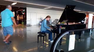 Сыграла на фортепиано в аэропорту.