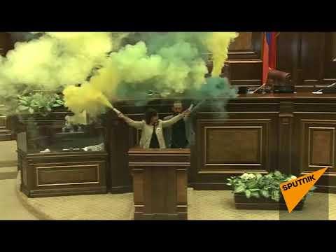 Армянский парламент 'задымил': оппозиция зажгла 'факел свободы'