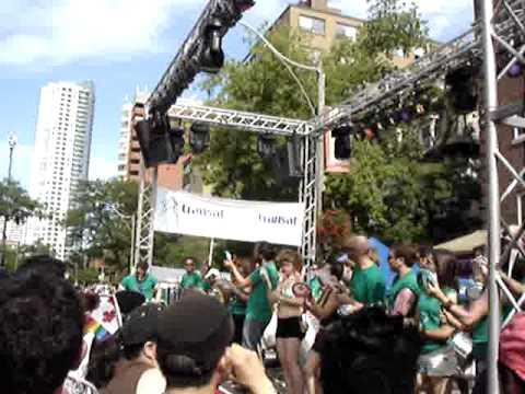 Apresentação de Canadenses/Brasileiros na parada gay ! 2001 Toronto 2