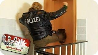 Polizei tritt Tür ein und stürmt Wohnung | Alles In Ordnung