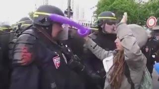 Feminista bate em policial - Veja o que acontece!
