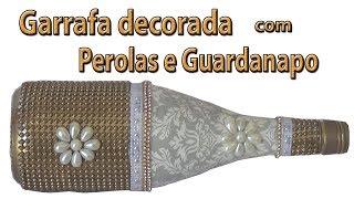 Garrafa decorada com pérolas e guardanapo rasgado