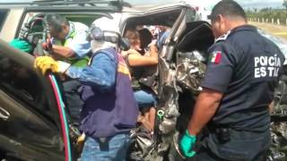Mujer queda prensada tras fuerte choque en la supercarretera Rioverde thumbnail