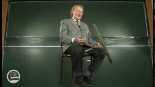 Человек на скамье Жуковского с велосипедным колесом