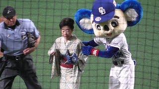 2019.07.27ナゴヤドームにて。 始球式に来た中村玉緒さんをエスコートする紳士ドアラ。 #球団マスコット #ドアラ.