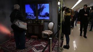 طريقة مُذهلة.. قف أمام نافذة منزل أرجنتيني وشاهد بالفيديو الخطوط الأمامية للمعارك بسوريا