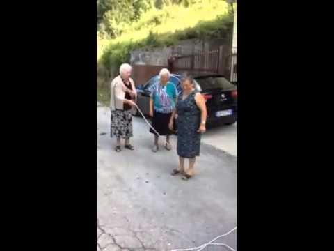 Nonne che saltano la corda