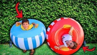 Brinquedo INFLÁVEL GIGANTE | João Pedro e Rafael brincam com jogos ao ar livre