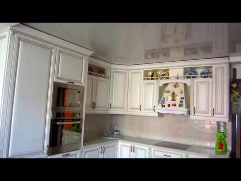 Белая классическая кухня с серебряной патиной