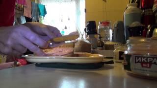 Бутерброды с икрой с тунцом и копченым лососем