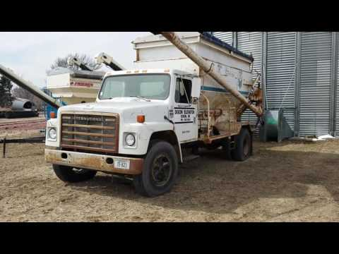 1984 IH S1700 feed truck
