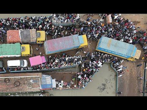 شاهد: عشرات الآلاف من العمال المهاجرين يغادرون دكا قبيل فرض إجراءات عزل صارمة لاحتواء كورونا…
