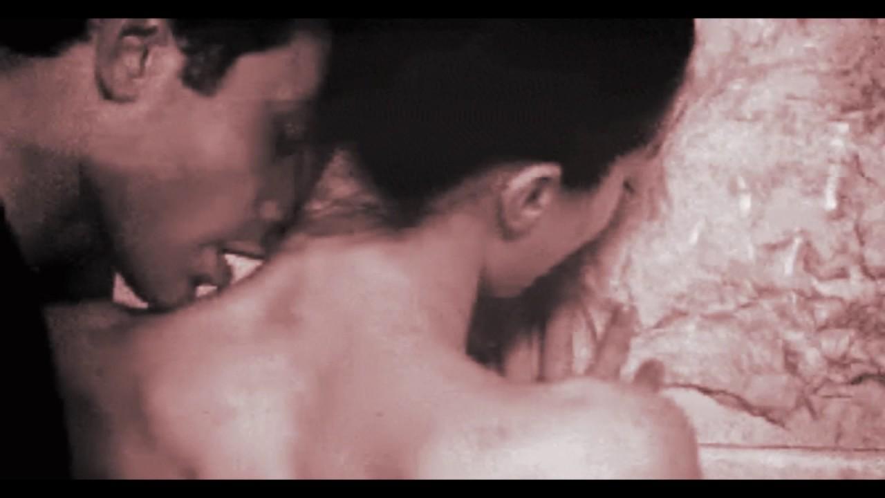 Фото женщина кусает мужчину голого, Мужские яички под ударом » Эротика фото и голых 19 фотография